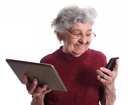 Babica s tablico in telefonom