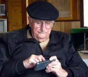 Dedek s pametnim telefonom